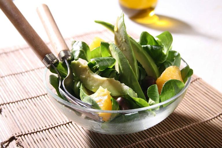 Una ricca insalata detox con arance e avocado